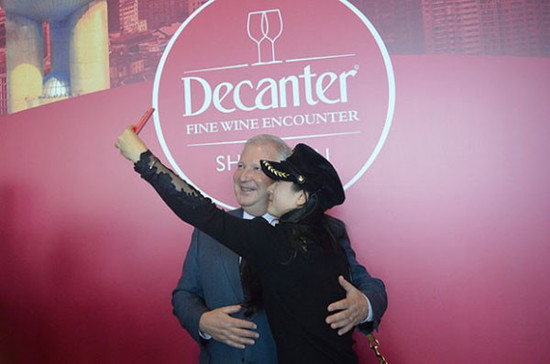 wine lovers taking selfie with Philippe Dhalluin