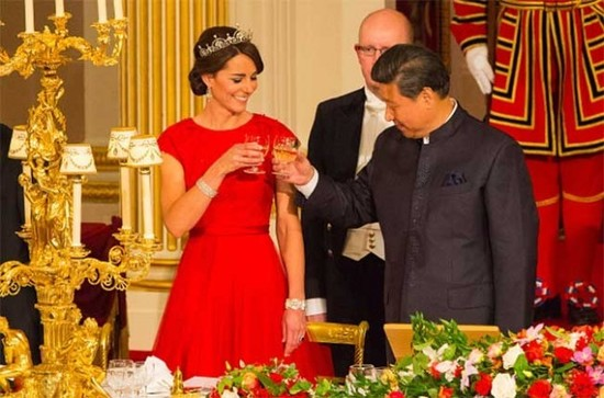 Xi Jingping shares a toast with Kate Middleton, the Duchess of Cambridge at Buckingham Palace
