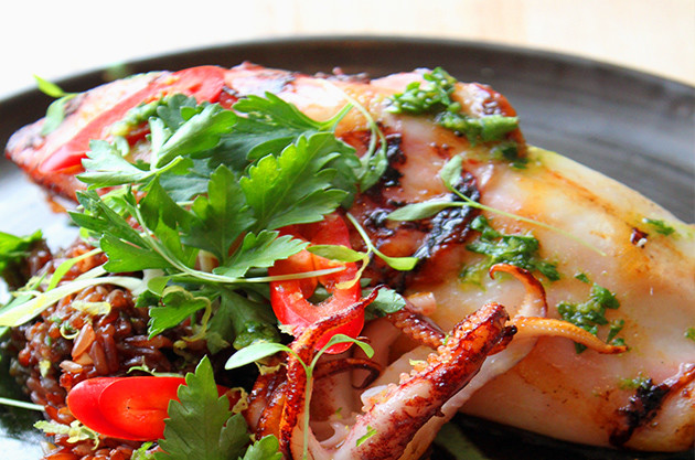Whole grilled squid, red rice and fresh herbs - Recipes and wine pairings