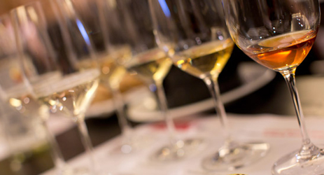 How does the colour of white wines age with time?